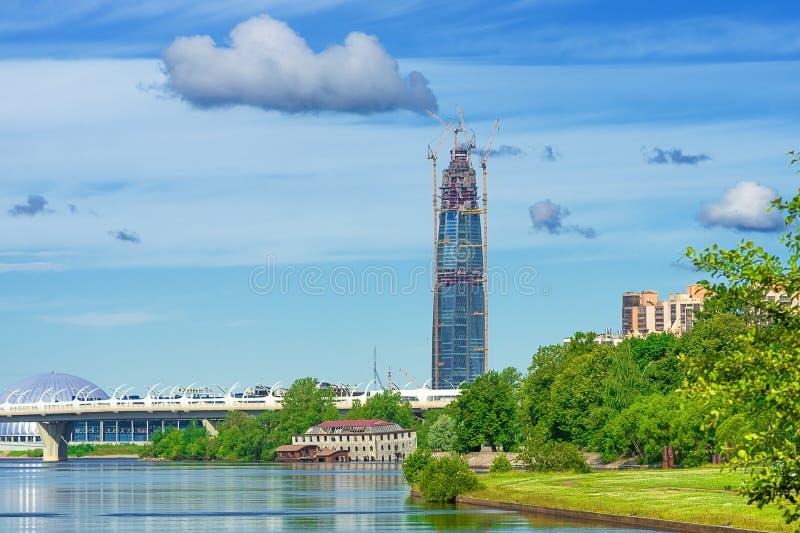 Download Stadtlandschaft mit Wolken stockfoto. Bild von stadt - 96926608