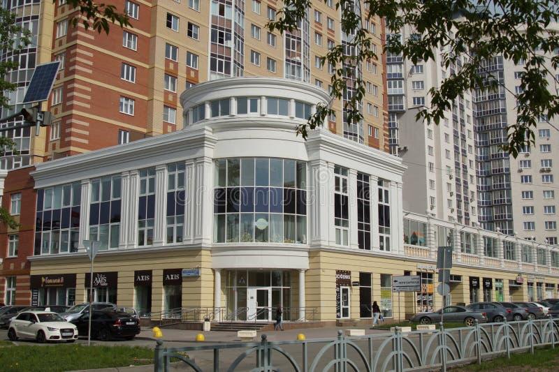 Stadtlandschaft: Neubauten im Stil eines neuen Klassikers, Melnikow-Straße Wohnhaus 'Aristokrat ' stockfotos