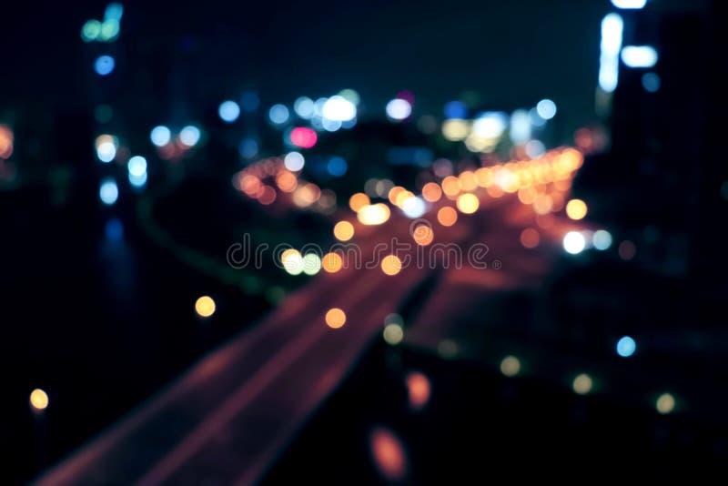 Stadtlicht Nachtstadtlichtlebenverkehr Unscharfes Bremslicht Weinlesenachtstadtlicht Städtische Stadtbildzusammenfassung lizenzfreie stockfotografie