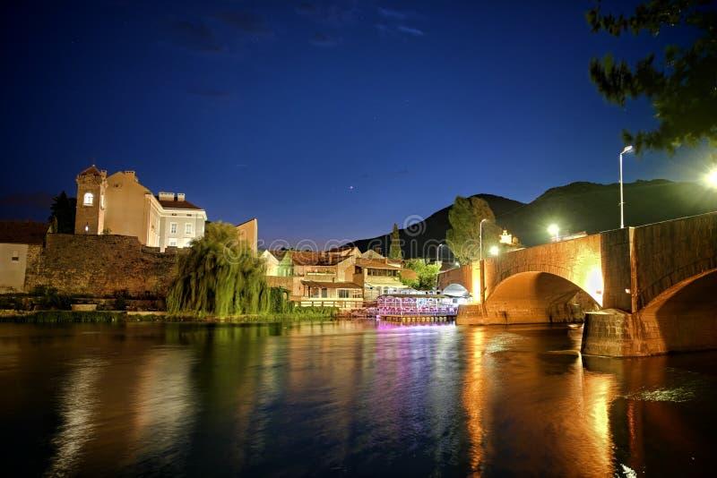 Stadtlicht-Reflexion auf Fluss nachts stockfotografie