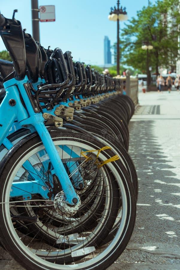 Stadtmietfahrräder geparkt auf Chicago-Straße stockfotos