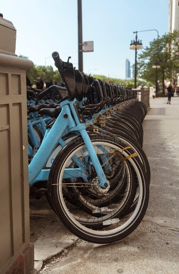 Stadtmietfahrräder geparkt auf Chicago-Straße stockfoto