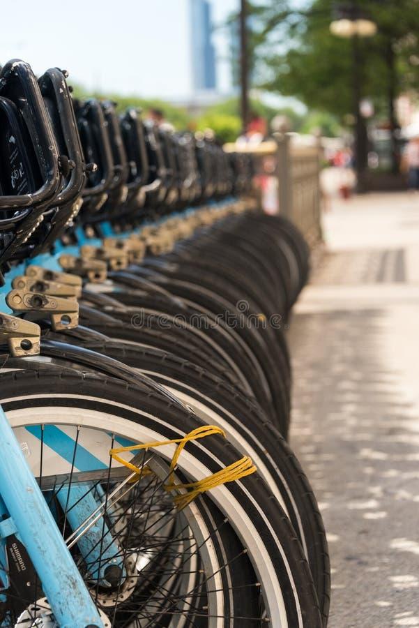 Stadtmietfahrräder geparkt auf Chicago-Straße lizenzfreie stockbilder