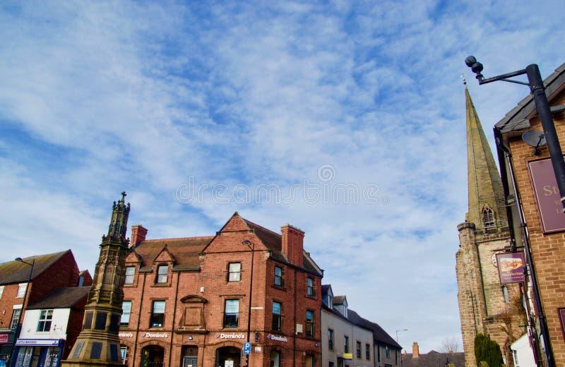 Stadtmitteansicht der Kirche und des Kriegsdenkmals stockbilder