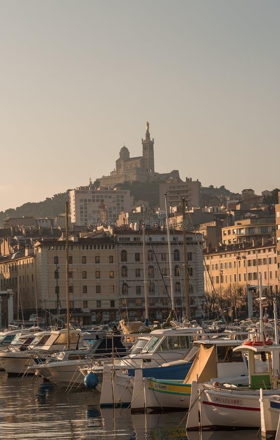 Stadtmittehafen im Stadtzentrum mit vielen Booten und Yachten bei Sonnenuntergang in Marseille, Frankreich, szenische Ansicht lizenzfreie stockfotos