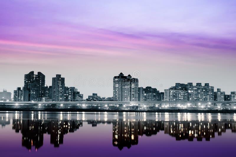 Stadtnacht mit purpurroter Leuchte lizenzfreies stockfoto