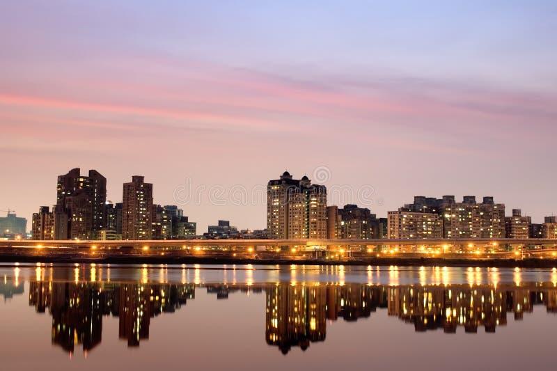 Stadtnacht mit purpurroter Leuchte stockbilder