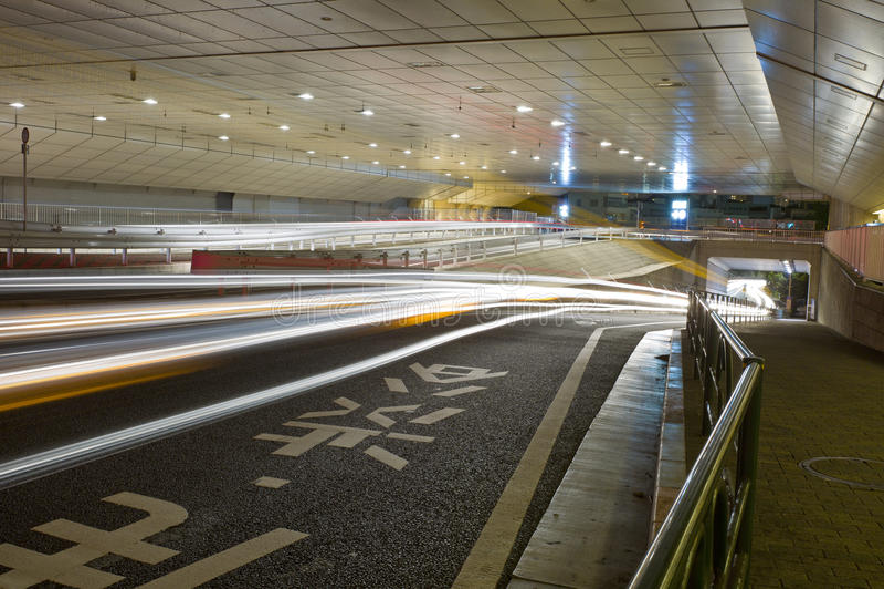Stadtnachtszene mit Autobewegungsleuchten lizenzfreies stockbild