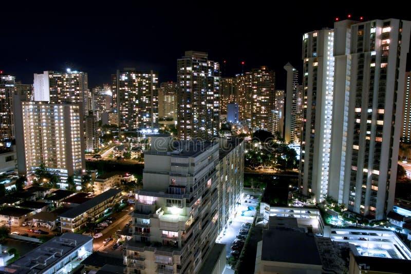 Stadtnachtszene von Waikiki, Honolulu. stockfoto