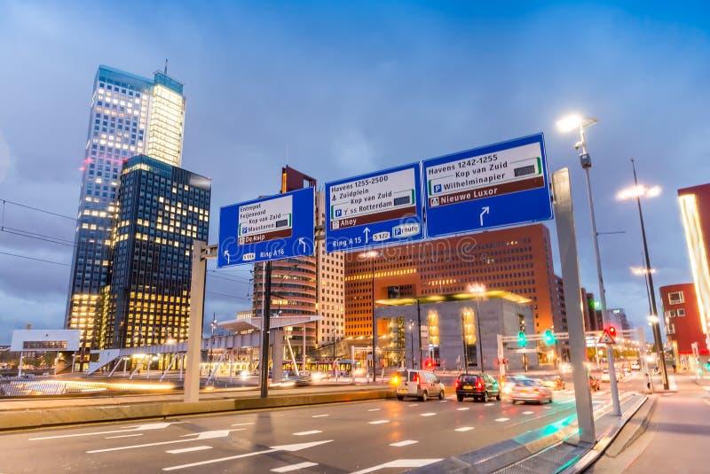 Stadtnachtverkehr auf Erasmus Bridge, Rotterdam lizenzfreie stockfotografie