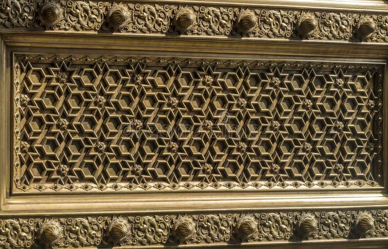 Stadtpalast Mysore - komplexes Tür-Muster lizenzfreie stockfotos