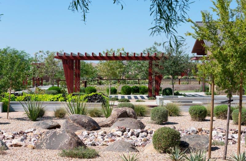 Stadtpark mit Vegetation und hölzernem Ramada stockbilder