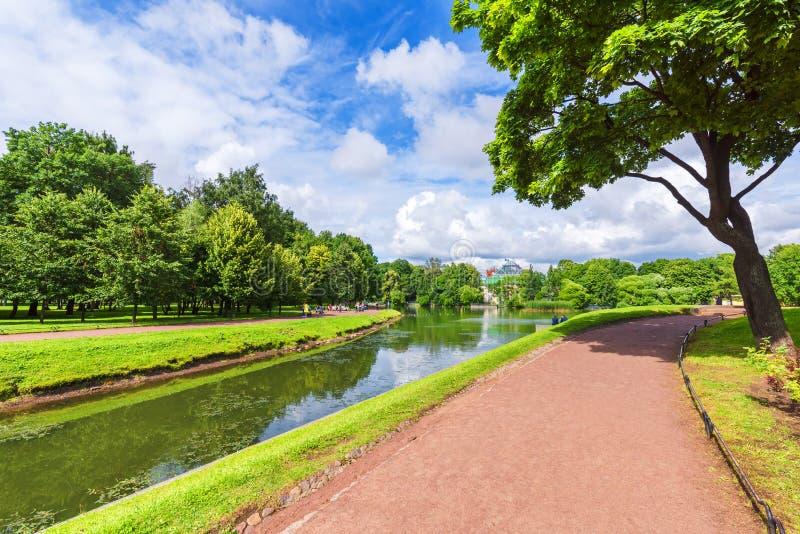 Stadtpark mit Wegen für Wege, Bäume und Kanäle stockbild