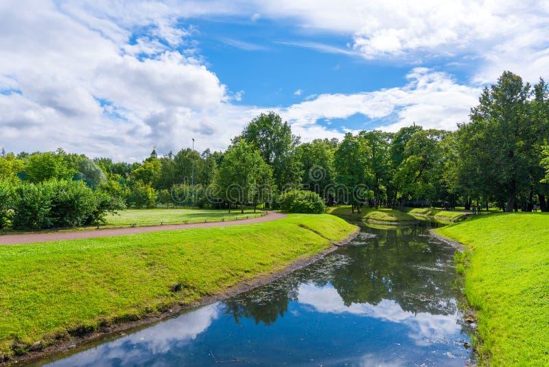 Stadtpark mit Wegen für Wege, Bäume und Kanäle stockfotos