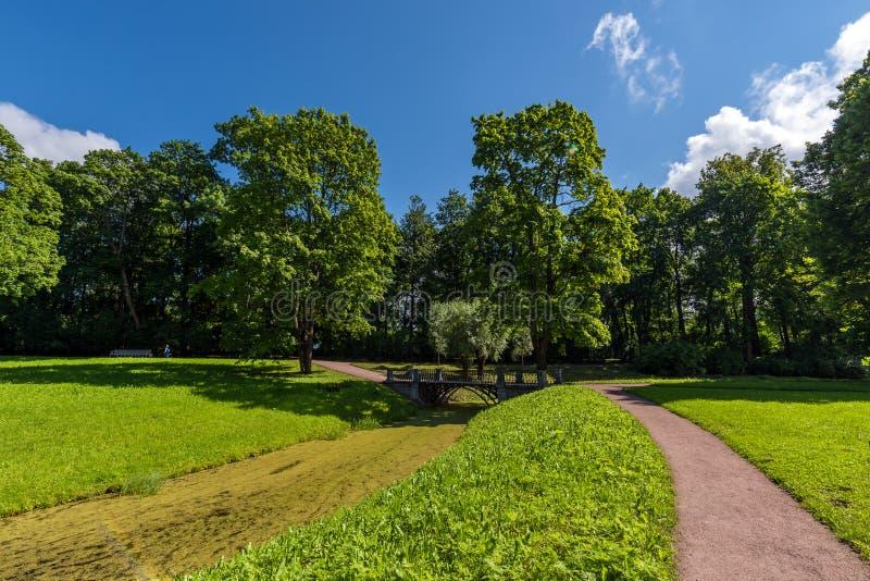 Stadtpark mit Wegen für Wege, Bäume und Kanäle lizenzfreie stockbilder