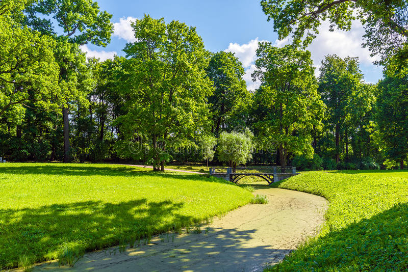 Stadtpark mit Wegen für Wege, Bäume und Kanäle lizenzfreie stockfotos