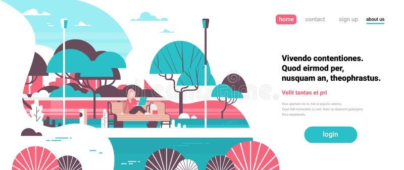Stadtparkfrau, die laptopn sitzenden Holzbank streel Lampenbaumflusslandschaftshintergrundfahnen-Kopienraum hält vektor abbildung