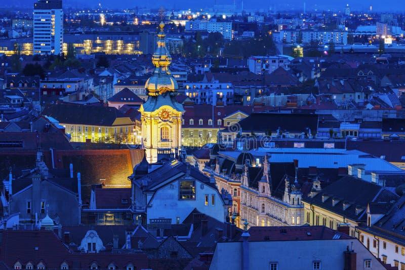 Stadtpfarrkirche в Граце на ноче стоковое изображение