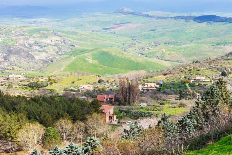 Stadtrände von Aidone-Stadt in den grünen sizilianischen Hügeln lizenzfreie stockbilder