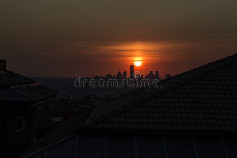 Stadtschattenbild während des Sonnenuntergangs in der Stadt stockbild
