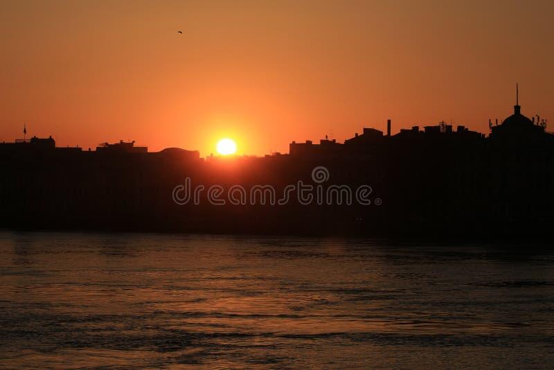 Stadtschattenbilder bei Sonnenuntergang stockfoto