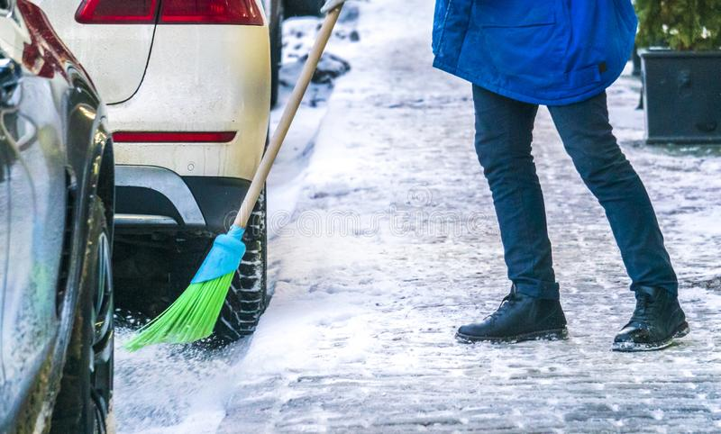 Stadtservice-Reinigungsstraßen vom Schnee mit Spezialwerkzeugen nach Schneefällen b lizenzfreie stockfotografie