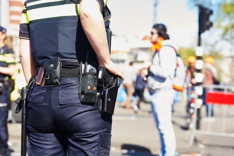 Stadtsicherheit Polizist in der Straße stockfotografie