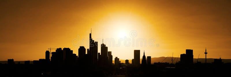 Stadtskyline als Panoramaschattenbild stockfoto
