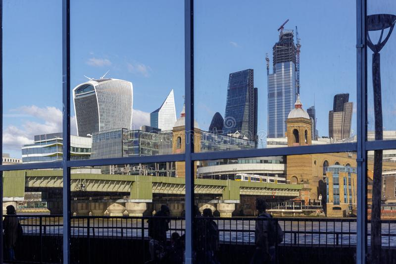 Stadtskyline reflektierten sich in einem Gebäude am Südufer der Themses in London am 11. März 2019 stockfotografie