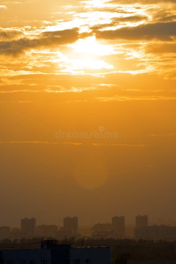 Stadtsonnenuntergang lizenzfreies stockfoto