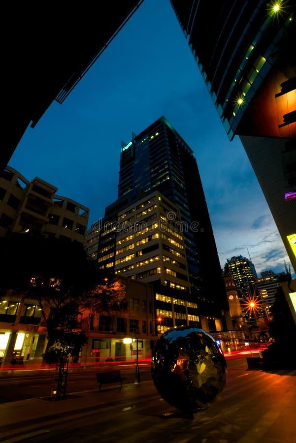 Stadtsonnenuntergang mit blauem Himmel lizenzfreie stockfotografie