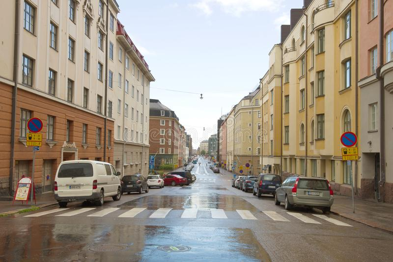 Stadtstraße nach dem Herbstregen Helsinki, Finnland lizenzfreie stockbilder
