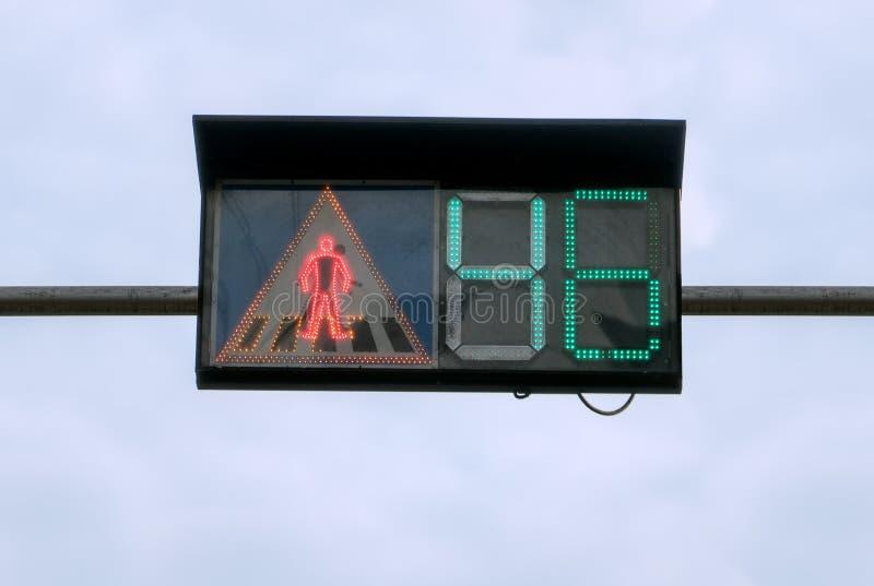 Stadtstraßen-Ampel, die Sekunden für Reitenauto zeigt lizenzfreie stockbilder