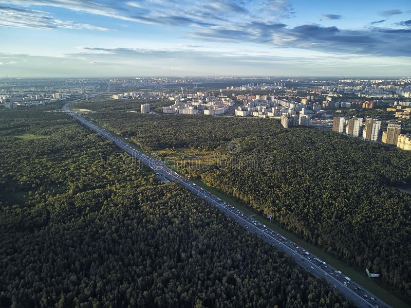 Stadtstraßen-Vogelperspektive des Transportkreuzungsverkehrs moderne Straße der grünen stockfotos