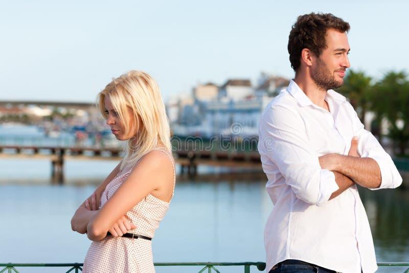 Stadttourismus - Paar in den Ferien discussio habend lizenzfreies stockbild