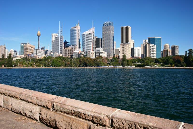 Stadtufergegendküstenlinie mit ikonenhaftem Stadtbild von im Stadtzentrum gelegenen Skylinewolkenkratzern Sydneys über Baumgrenze lizenzfreies stockbild