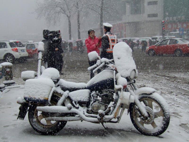 Stadtverkehr in den starken Schneefällen stockfotografie
