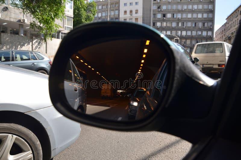 Stadtverkehr in einem Rückspiegel lizenzfreie stockfotografie
