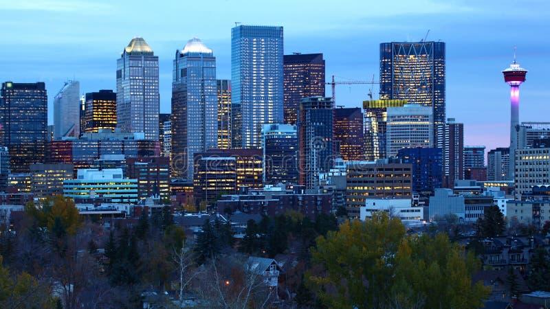 Stadtzentrum Calgarys, Kanada nach Einbruch der Dunkelheit stockbilder