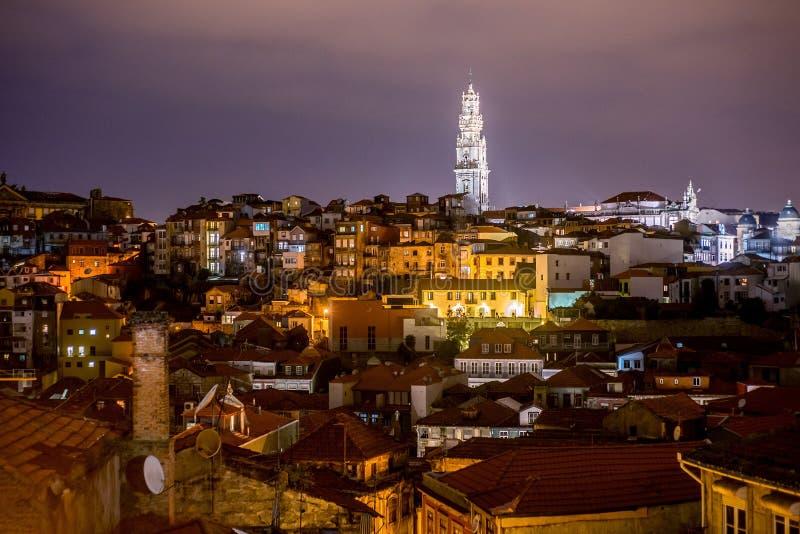 Stadtzentrum-Viertelvogelperspektive Porto, Portugal alte nachts lizenzfreies stockbild