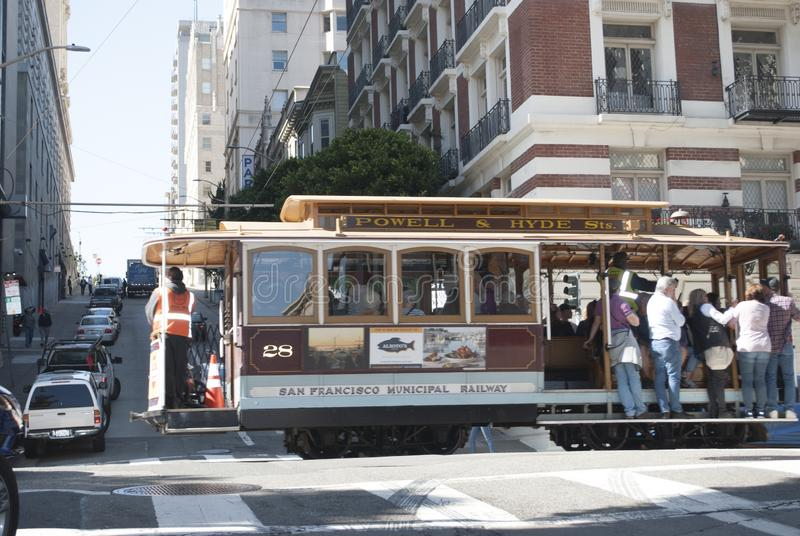 Stadtzentrum von San Francisco Drahtseilbahn im Bewegungsabschluß oben Wolkenkratzer, Autos, Leutegehen stockbilder
