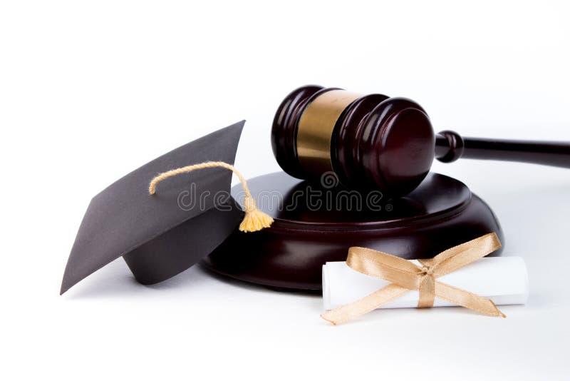 Staffelungs-Hut mit Diplom, Richterhammer auf wei?em Hintergrund lizenzfreies stockfoto