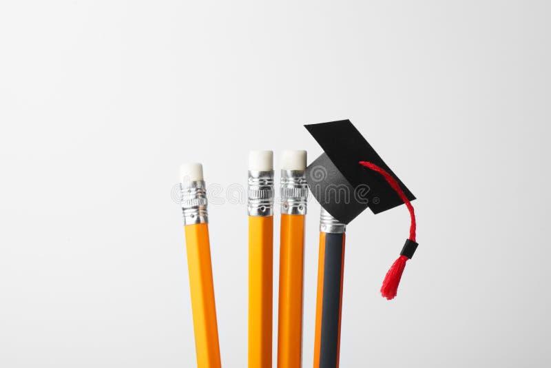 Staffelungskappe auf Bleistiften Ausbildung, Studie und Konzept lernen lizenzfreie stockfotos