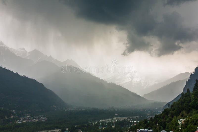 Stagione dei monsoni in valle di Kullu immagine stock libera da diritti