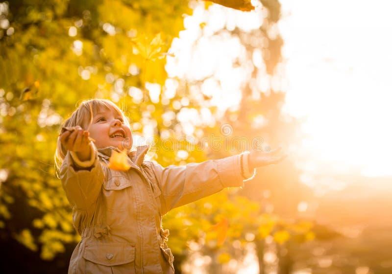 Stagione di autunno - godere del bambino fotografie stock libere da diritti