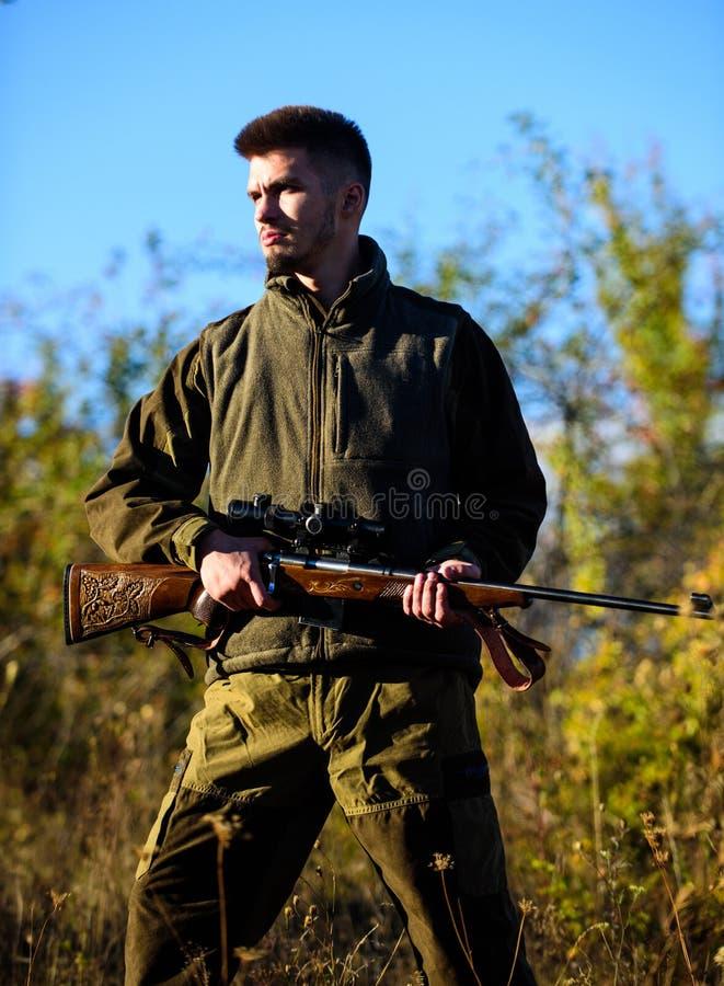 Stagione di caccia L'esperienza e la pratica presta la caccia di successo Attività di svago maschile Natura di caccia del tipo fotografia stock libera da diritti