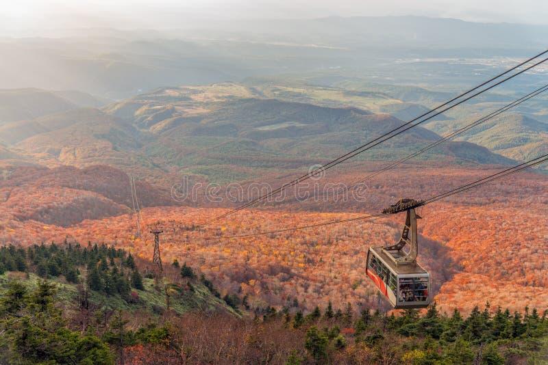 Stagione di colore di autunno della montagna e della cabina di funivia di Hakkoda che guidano alla sommità fotografia stock
