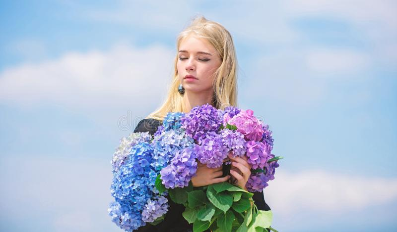 Stagione di fioritura di allergia di arresto Goda della molla senza allergia Fioritura di primavera Allergia del polline Fiore de immagini stock