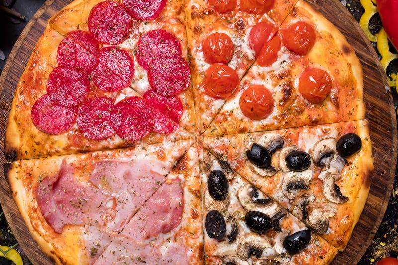 Stagioni caseiro italiano do quattro do alimento da pizza foto de stock royalty free
