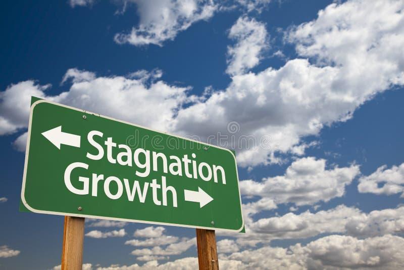 Stagnatie of de Groei Groene Verkeersteken over Wolken en Hemel royalty-vrije stock afbeeldingen
